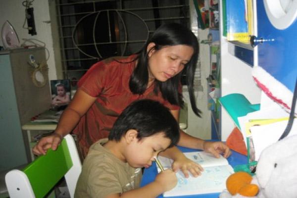 Gia sư kiểm tra và hướng dẫn học sinh chuẩn bị bài