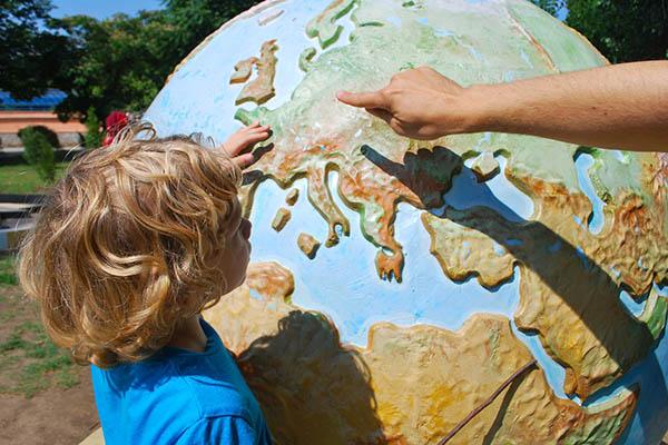 Học viên đang học về quả địa cầu - Ảnh minh họa