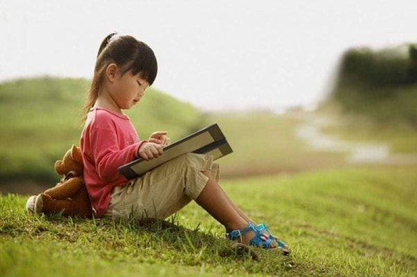 Đọc sách giúp phát huy chức năng não phải của trẻ